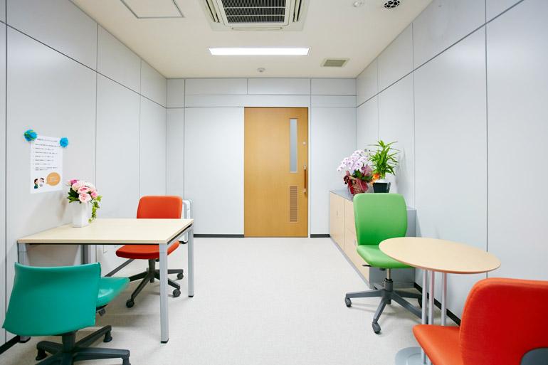 [手術を受ける患者さまのオリエンテーションを行う部屋です。心配なことや気になることなどお気軽にご相談下さい。]