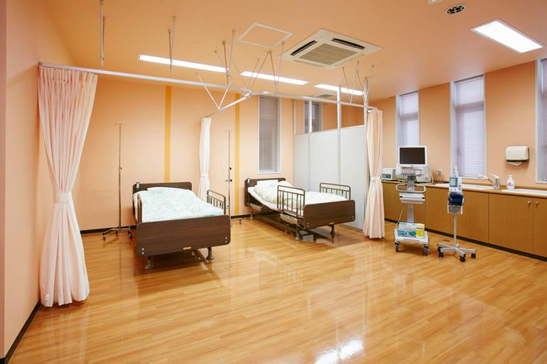 [手術後の患者さまにお過ごしいただく部屋です。ベッドはリクライニング式になっており、快適にお休みいただくことができます。]