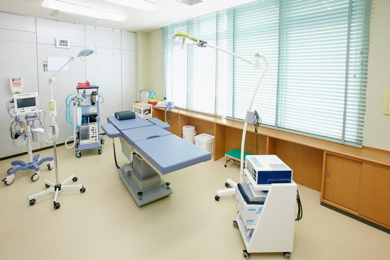 [手術室はガラス張りで明るい部屋になっています。経験豊富な院長の執刀により、きわめて安全かつ短時間での日帰り手術を行うことができます。]